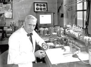 Scottish bacteriologist Sir Alexander Fleming (1881 - 1955) in his laboratory at  St Mary's Hospital in Paddington, London, 2nd October 1943. (Photo by Davies/Keystone/Hulton Archive/Getty Images)